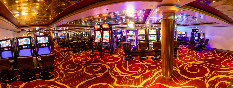 威尼斯,意大利- 14 10 2018年:有游戏机的现代空的赌博娱乐场大厅在游轮挪威星 库存图片