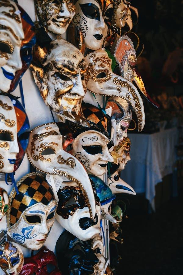 威尼斯,意大利- 2018年9月,9:五颜六色的威尼斯式面具销售在街道,威尼斯,意大利上的商店 葡萄酒威尼斯式面具 库存照片