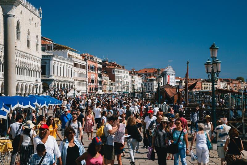 威尼斯,意大利- 2018年9月,9:人人群近街道的到圣马克的广场,圣马可广场,共和国总督的宫殿 免版税库存照片