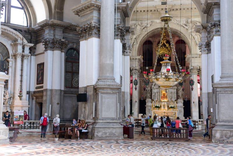 威尼斯,意大利- 2017年5月:健康教会法坛和建筑学内部圣玛丽在威尼斯,意大利 图库摄影