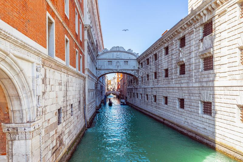 威尼斯,意大利- 2019年3月26日:叹气地标桥梁的看法连接共和国总督的宫殿的到新的监狱 库存照片