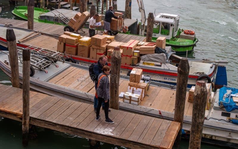 威尼斯,意大利- 2017年10月13日:在大运河的码头 设计为货船 货船 小船和长平底船是 图库摄影