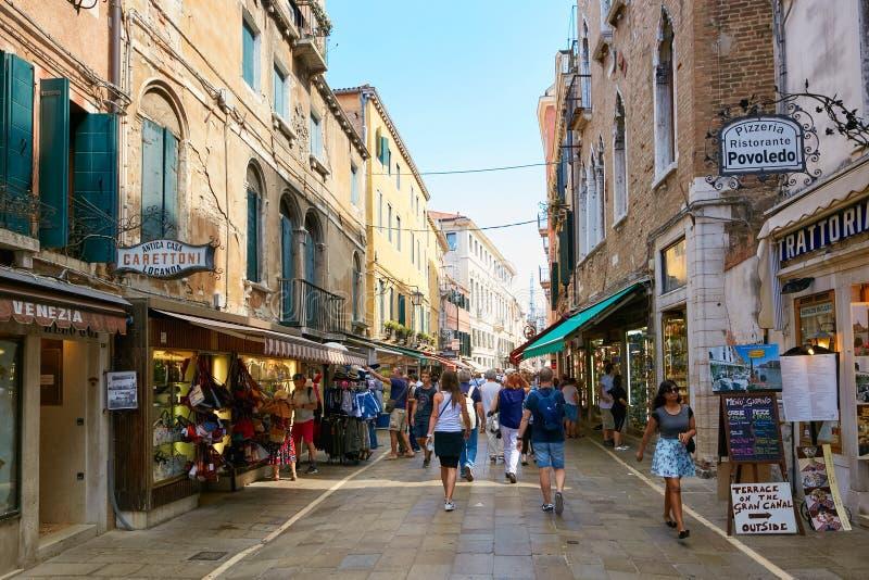 威尼斯,意大利- 2017年8月14日:在威尼斯狭窄的街道上的很多游人  库存图片