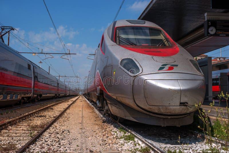 威尼斯,意大利- 2018年5月08日:在威尼斯的火车站的高速火车Trenitalia 机车 Trenitalia是 免版税库存图片