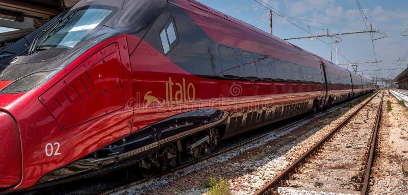 威尼斯,意大利- 2018年5月08日:在威尼斯的驻地的高速火车Italo 特写镜头 列车车箱ITALO是非常 免版税图库摄影