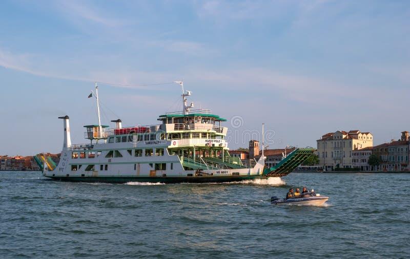威尼斯,意大利- 2018年5月08日:在威尼斯运送马可・波罗1,漂浮在大运河 轮渡运载汽车和 图库摄影