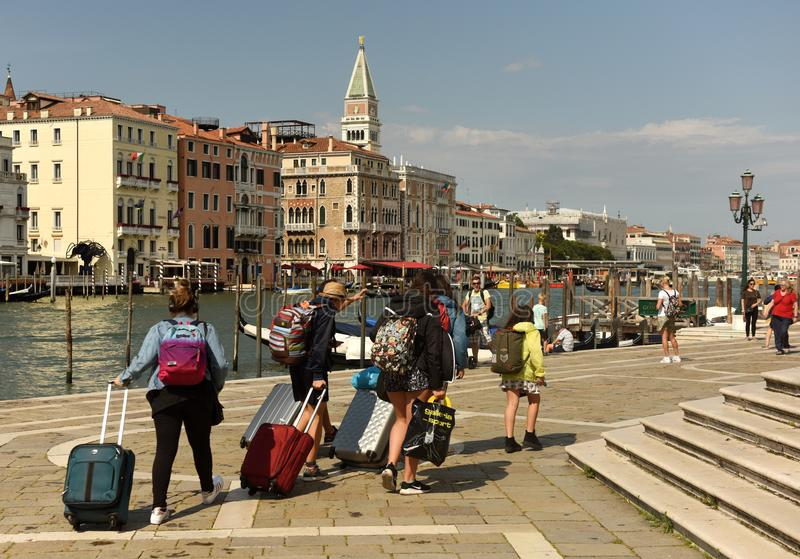 威尼斯,意大利- 2017年6月07日:在Gran运河附近的游人在Veni 库存照片