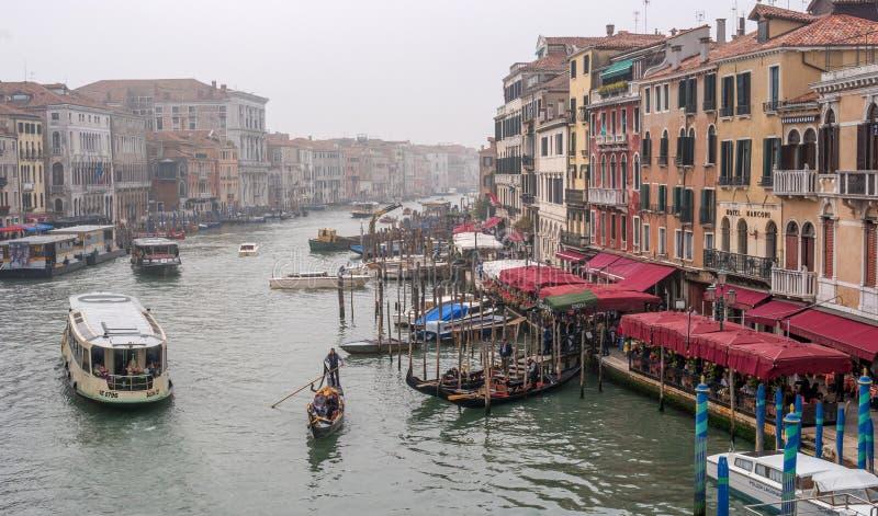 威尼斯,意大利- 2017年10月13日:大运河的看法从Ponte di Rialto Bridge的 在江边有 图库摄影