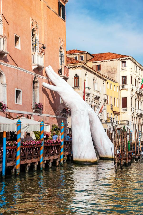 威尼斯,意大利- 2017年6月10日:巨大手从水上升作为标志气候变化在威尼斯,意大利,欧洲 图库摄影