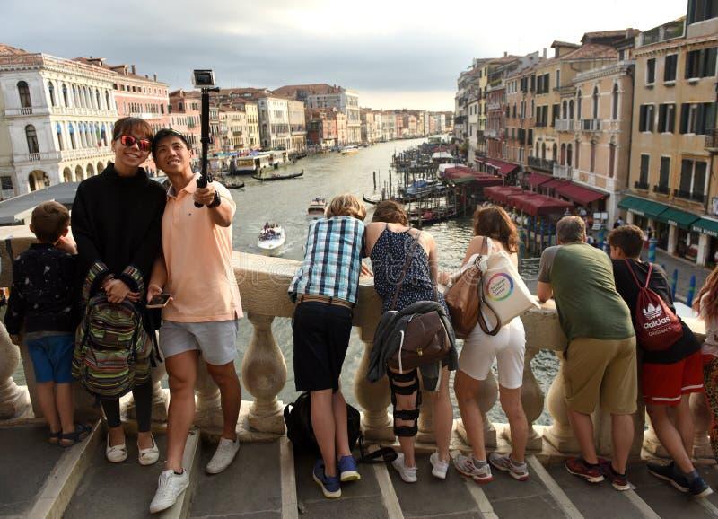威尼斯,意大利- 2017年6月07日:Rialto桥梁的游人在Veni 图库摄影