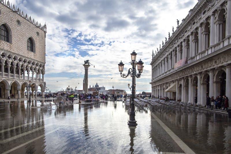 威尼斯,意大利- 2018年11月27日:St表示正方形圣马可广场在洪水acqua亚尔他期间在威尼斯,意大利 共和国总督` s宫殿 免版税图库摄影