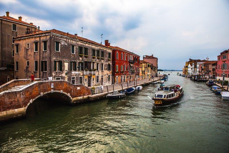 威尼斯,意大利- 2016年8月19日:在大运河都市风景的看法反对暴风云的每在发生的地震前的天在Th 免版税库存照片
