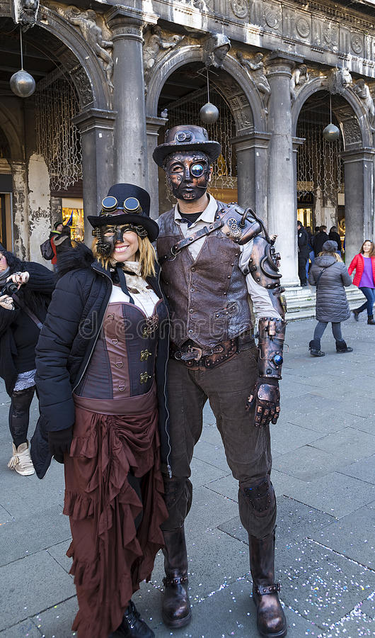 威尼斯,意大利- 2017年2月25日:在狂欢节服装的一个对在威尼斯狂欢节 库存图片