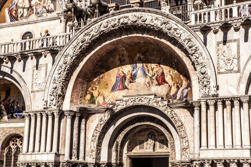 威尼斯,意大利- 2016年8月18日:有圣马克大教堂和圣马克的钟楼钟楼的圣马可广场  免版税图库摄影