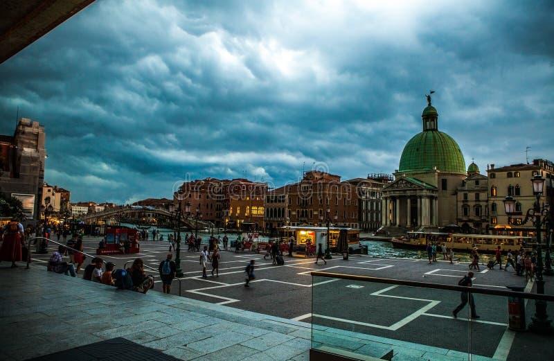 威尼斯,意大利- 2016年8月19日:老中世纪大厦五颜六色的门面反对剧烈的暴风云的 图库摄影