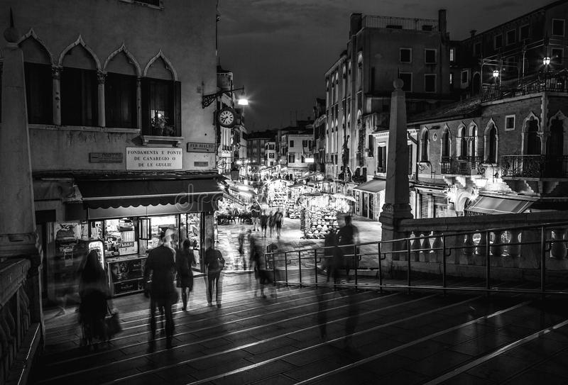 威尼斯,意大利- 2016年8月21日:著名建筑纪念碑、古老老中世纪大厦街道和门面在晚上 免版税库存图片