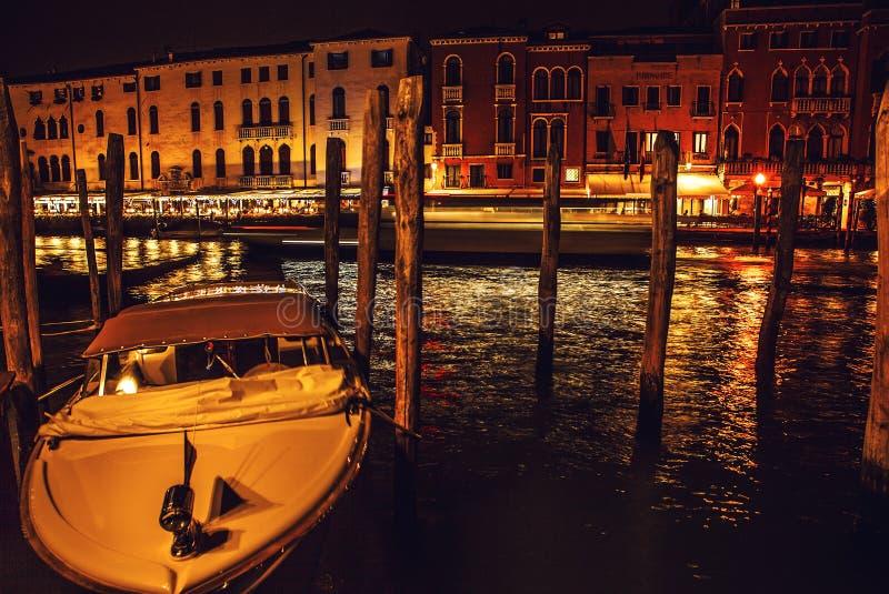 威尼斯,意大利- 2016年8月21日:著名建筑纪念碑、古老老中世纪大厦街道和门面在晚上 库存照片