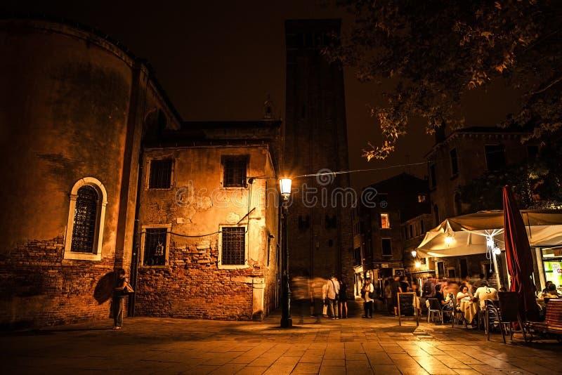 威尼斯,意大利- 2016年8月21日:著名建筑纪念碑、古老老中世纪大厦街道和门面在晚上 图库摄影