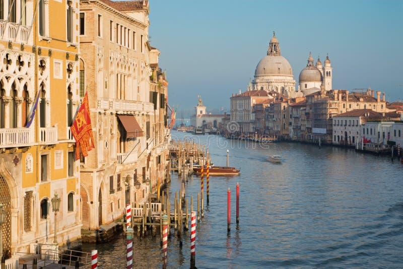 威尼斯,意大利- 2014年3月14日:运河重创在从Ponte Accademia的晚上光 免版税库存图片