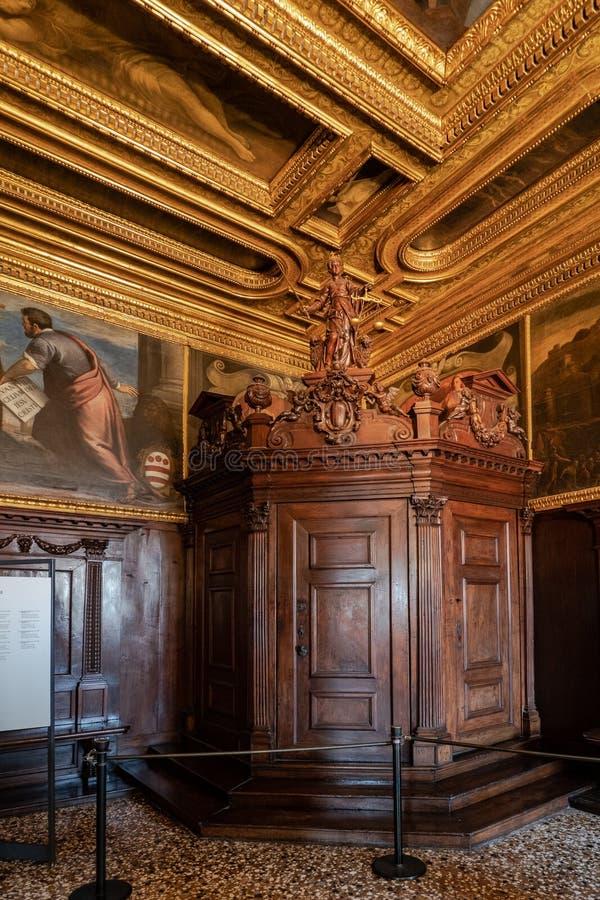 威尼斯,意大利- 4月18日2019共和国总督宫殿的指南针屋子 免版税库存图片