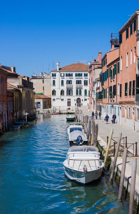 威尼斯,意大利- 3月28,2015 :与运河、桥梁和房子,意大利的Venician都市风景 库存图片