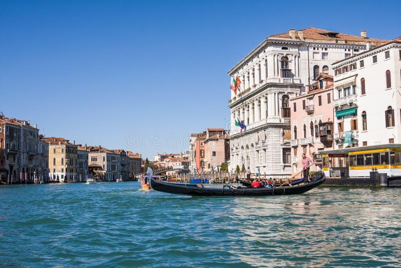 威尼斯,意大利- 3月28,2015 :在大运河的Gondols在2015年3月28日的意大利在威尼斯,意大利 免版税库存图片