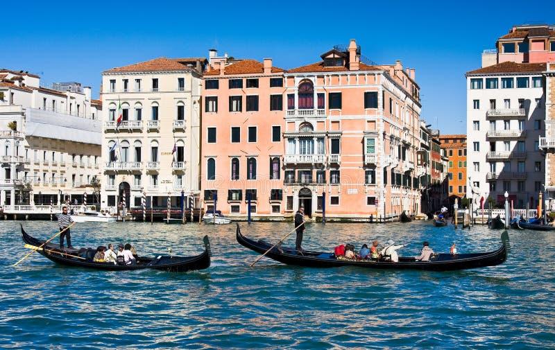 威尼斯,意大利- 3月28,2015 :在大运河的Gondols在2015年3月28日的意大利在威尼斯 库存图片