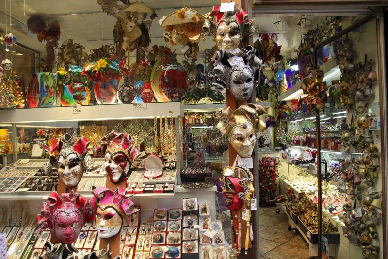 威尼斯,意大利- 9月04,2017:在威尼斯街道上的美好和五颜六色的传统面具 免版税库存照片