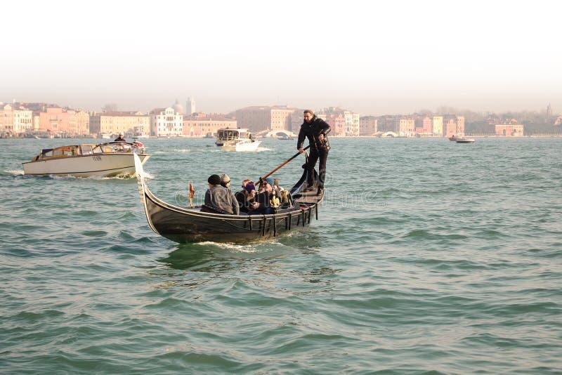 威尼斯,意大利- 12月15 :有游人的传统长平底船 库存图片