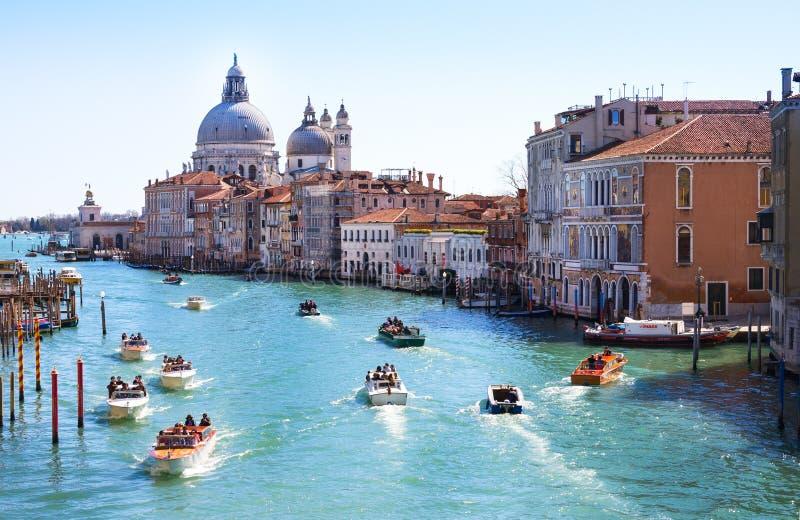 威尼斯,意大利- 3月28,2015 :运河重创在威尼斯,意大利如被看见从Ponte小山谷` Accademia 图库摄影