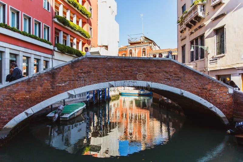 威尼斯,意大利- OKTOBER 27日2016年:与老经典大厦、小桥梁和一点水运河的五颜六色的角落在威尼斯, 免版税图库摄影