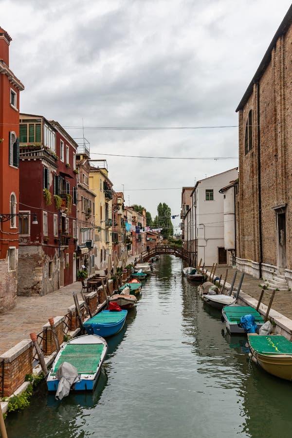 威尼斯,运河,小船,地方游人很少漫步的地方,意大利 免版税库存照片