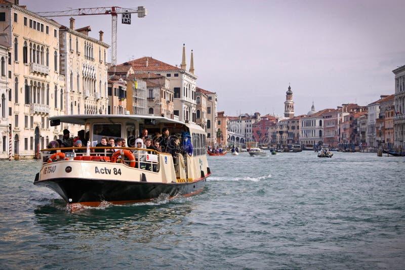 威尼斯, Snaly 与乘客的Vaporetto在盛大渠道(重创的运河漂浮) 库存照片