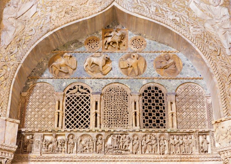 威尼斯-从圣马克大教堂门户的外部安心有四个福音传教士标志的。 免版税库存照片