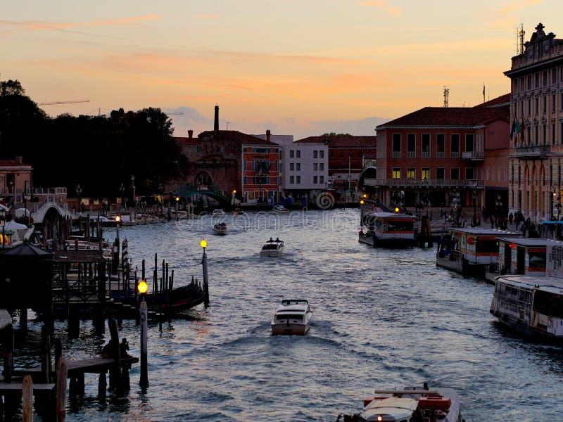 威尼斯-意大利-大运河的另一个看法在晚上 库存图片
