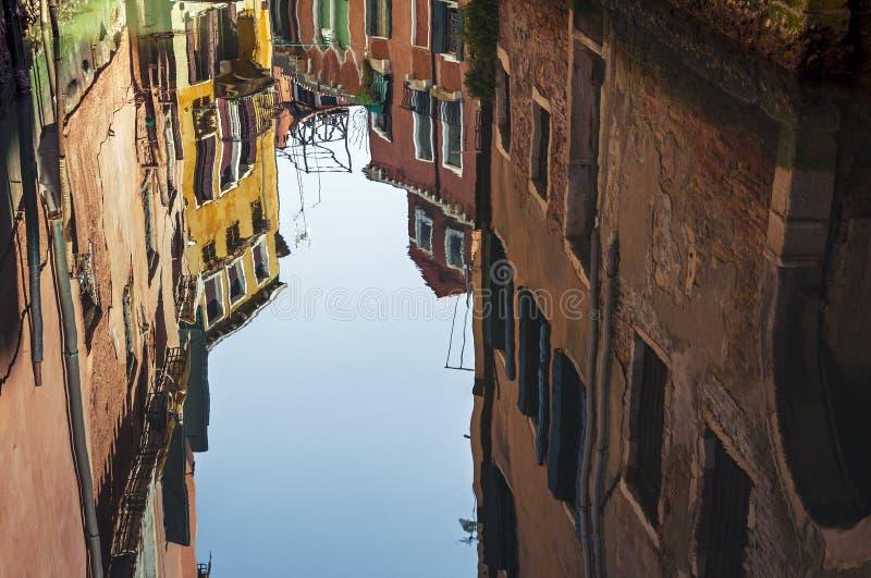 威尼斯建筑学反射在运河水中 免版税库存图片