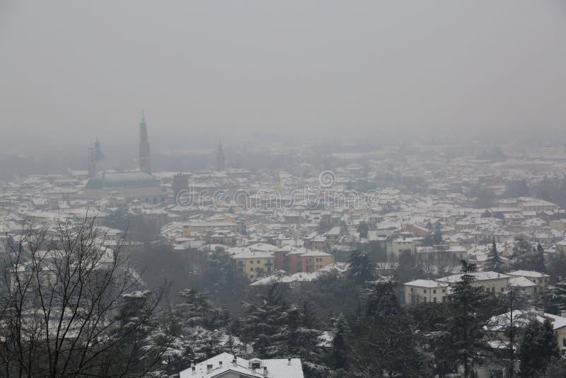 威岑扎市的全景在期间的北意大利降雪 库存图片