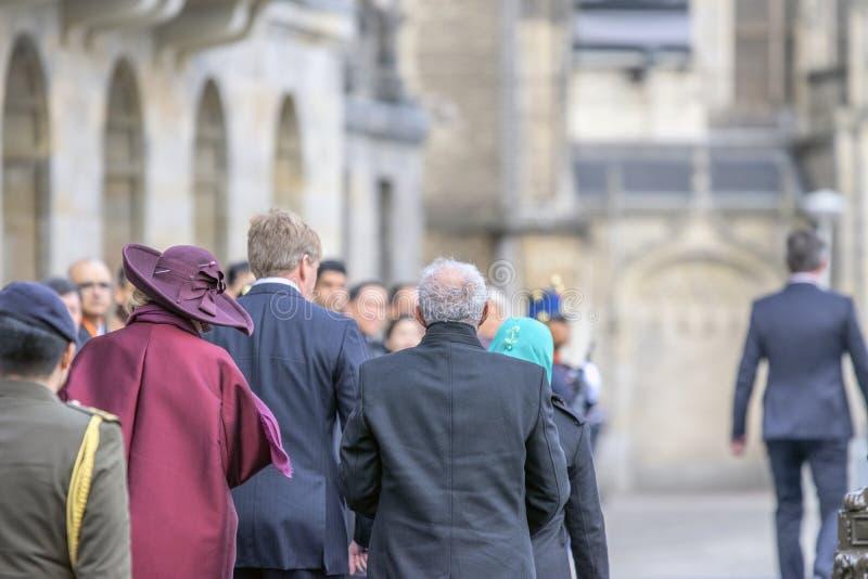 威廉亚历山大国王和女王最大值和随员在水坝广场阿姆斯特丹荷兰21-11-2018 库存照片