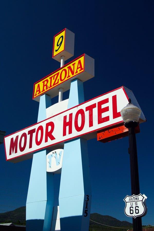 威廉斯亚利桑那,美国- 8月14日 2009年:在被隔绝的经典汽车旅馆标志的看法反对在路线66的天空蔚蓝 免版税库存照片