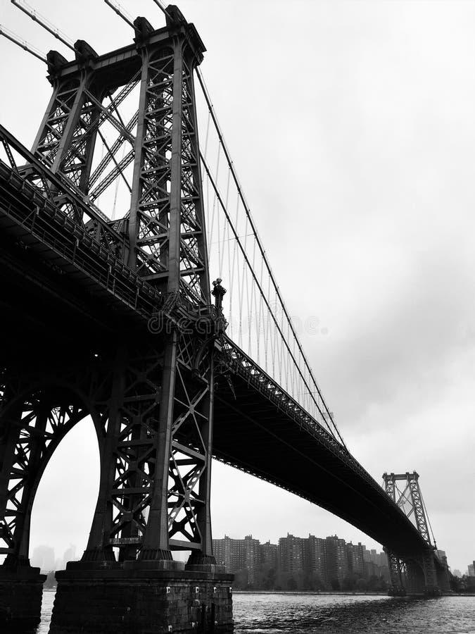 威廉斯堡大桥的黑白照片从布鲁克林边的 库存照片