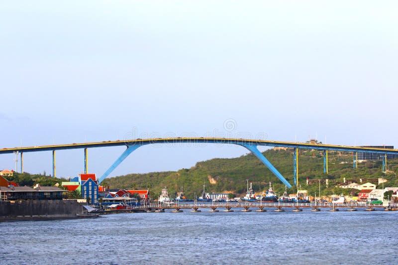 威廉斯塔德,库拉索岛-库拉索岛海岛的女王朱莉安娜桥梁  免版税库存照片