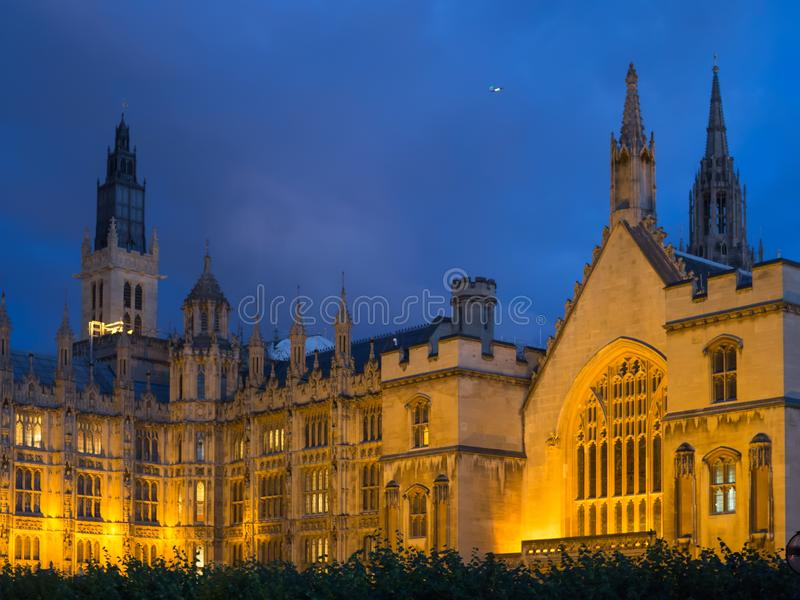 威斯敏斯特宫大厦的看法,议会议院的家在伦敦在晚上照亮了 库存照片