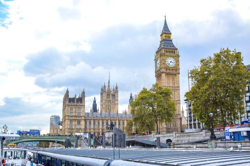 威斯敏斯特宫有从威斯敏斯特码头的大本钟视图在伦敦 库存照片
