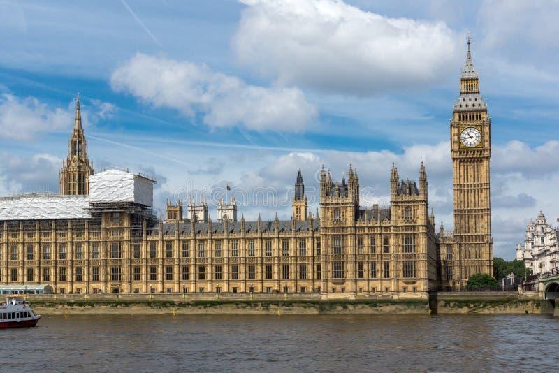 威斯敏斯特宫殿、泰晤士河和大本钟,伦敦,英国,英国都市风景  免版税库存图片