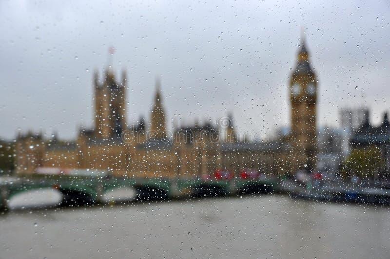 威斯敏斯特宫殿和大本钟通过雨下落,伦敦,大英国 库存照片