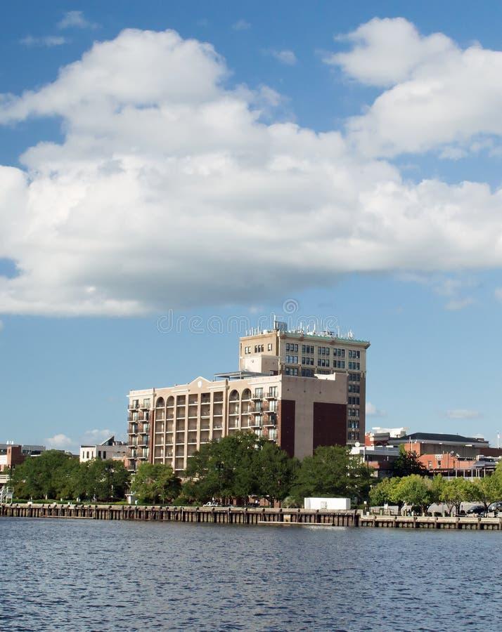 威明顿, NC美国8月26,2014 :在海角恐惧河的威明顿公寓 免版税库存照片