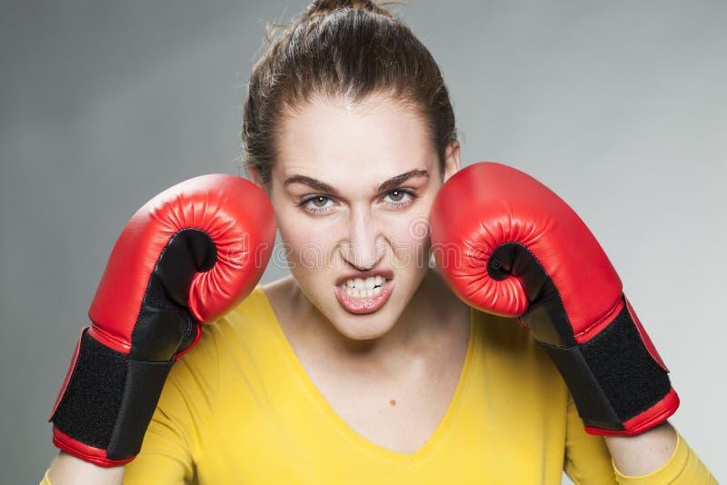 威胁可爱的20s的妇女为成功或复仇战斗 免版税库存照片