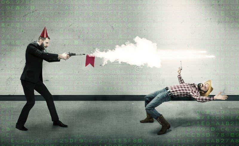 威胁在幽默样式的男孩决斗与clubber 免版税库存照片