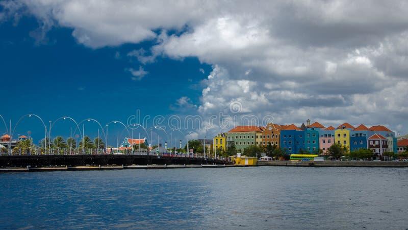 威廉斯塔德,有五颜六色的门面的库拉索岛Handelskade和女王/王后 图库摄影
