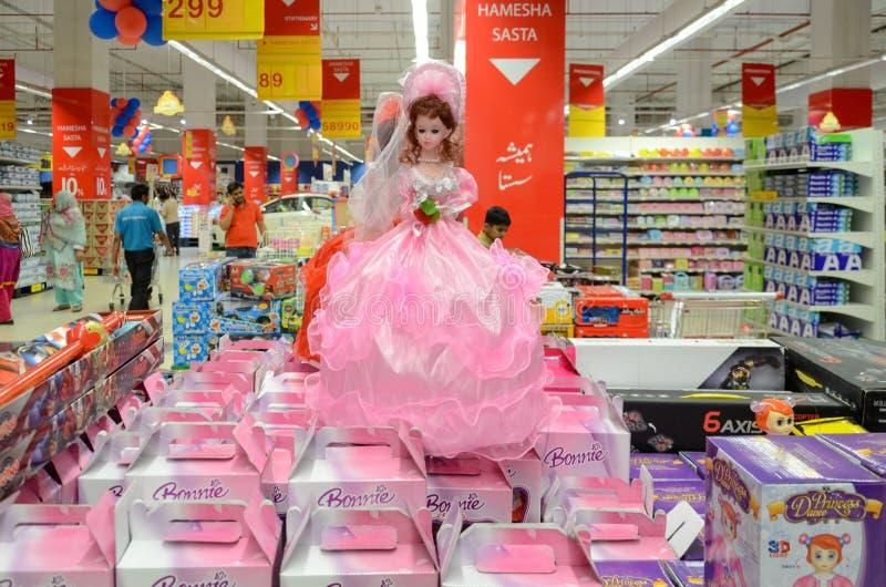 娃娃在Hyperstar超级市场的待售 免版税库存照片